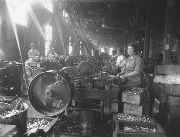 Women-working-at-a-nail-factory-Saint-John-1900-1915-Erb-photo-1940-PANB